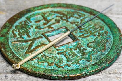 Akupunkturnadel auf antiker chinesischer Münze Fotolia_72103083